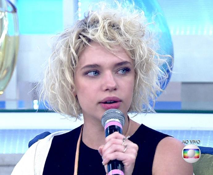 Bruna Linzmeyer está com as madeixas platinadas (Foto: TV Globo)