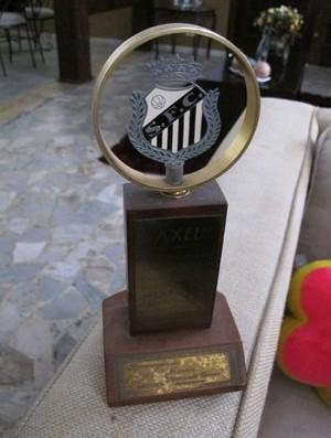 Axel ex-jogador, troféu (Foto: Lincoln Chaves / Globoesporte.com)