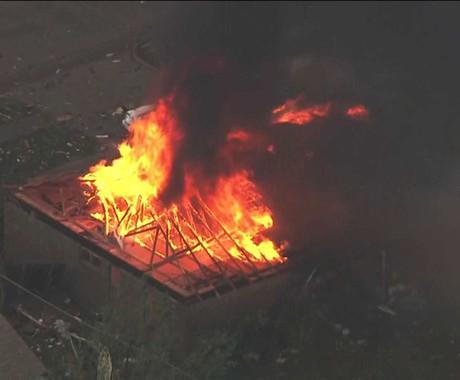 Imagem de TV mostra um incêndio em casa perto de Moore, em Oklahoma (EUA). Um tornado gigante atravessou a região nesta segunda destruindo bairros inteiros e incendiando edifícios (Foto: KFOR-TV/AP)