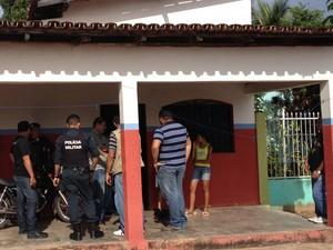 O corpo de Ana Paula foi encontrado na sala da casa onde morava; segundo a polícia, a vítima levou várias pancadas na cabeça (Foto: Érico Veríssimo/G1)