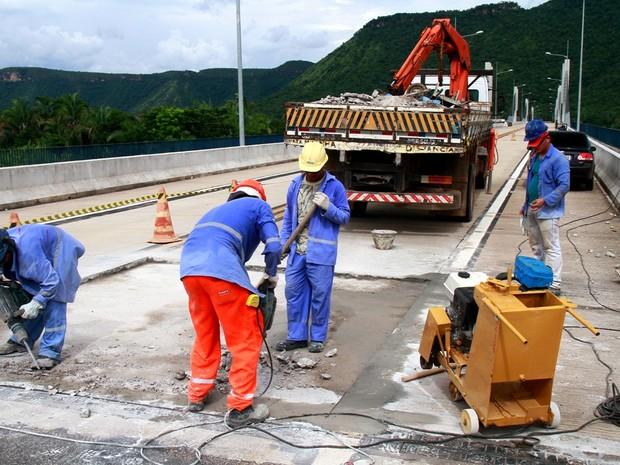 Empresa trabalha no reparo dos buracos da ponte que liga a TO-010 a TO-445 (Foto: Manoel Júnior/Agetrans)