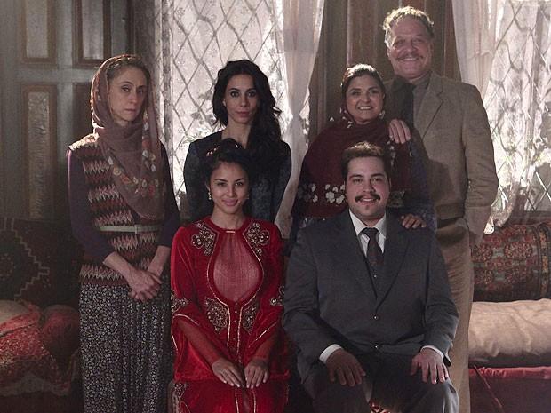 Demir e Tamar posam para foto com a família ao se casarem (Foto: Salve Jorge/TV Globo)