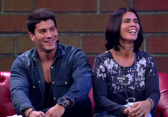 Arthur Aguiar e a mãe, Katia, no 'Tamanho Família' (Foto: TV Globo)