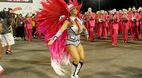 Famosos brilham em mais uma noite de desfiles no Rio