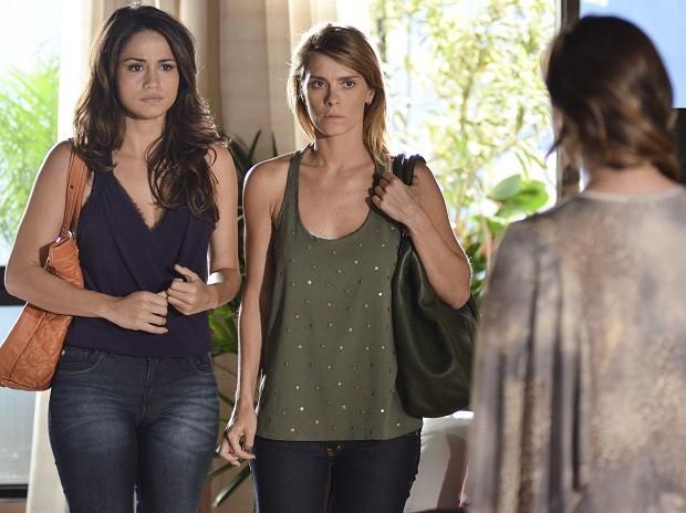Morena (Nanda Costa) e Jéssica (Carolina Dieckmann) tentam explicar o golpe (Foto: TV Globo/Raphael Dias)