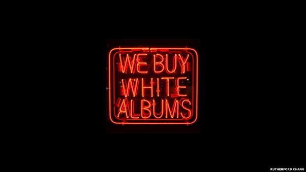Artista cria 'loja' dedicada ao 'Álbum Branco' dos Beatles (Foto: Rutherford Chang, cortesia de www.recessart.org)