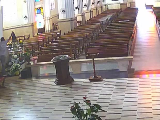 Homem sobe no altar e furta a coroa da santa (Foto: Reprodução / TV TEM)