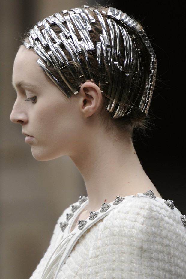PARIS, FRANCE - MARCH 08:  Hair and beauty detail on the runway at the Alexander McQueen fashion show during Paris Fashion Week on March 8, 2011 in Paris, France.  (Photo by Karl Prouse/Catwalking/Getty Images) (Foto: Getty Images)