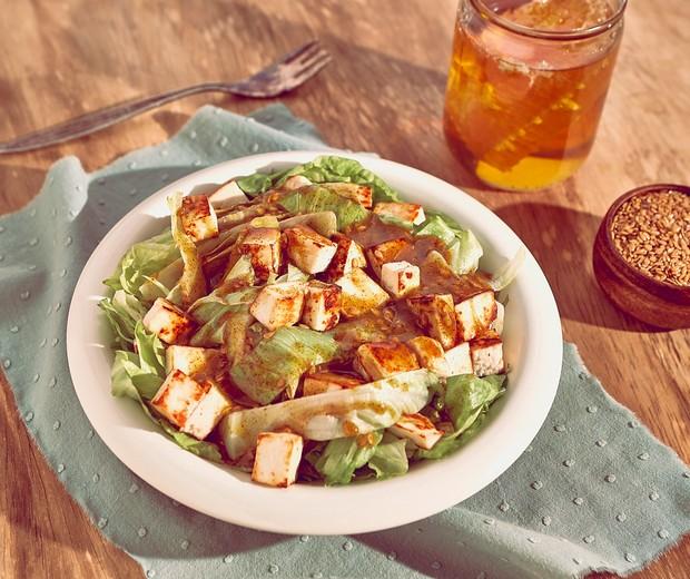 Salada de folhas, queijo e molho de mostarda e mel (Foto: DIVULGAÇÃO)