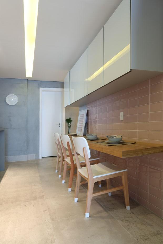 Cinza, rosa e madeira dão charme ao apartamento paulistano (Foto: Fáustulo Machado/Divulgação)