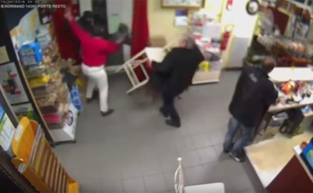 Após entregar o bebê para os pais, a mulher voltou a lutar contra o ladrão e, com a ajuda de um cliente, conseguiu expulsá-lo (Foto: Reprodução/YouTube/Normandie-actu)