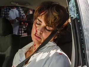 Beatriz fica gravemente ferida após acidente (Foto: Artur Meninea/TV Globo)