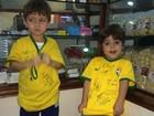 Filho de Ju Paes ganha autógrafos de jogadores da seleção brasileira