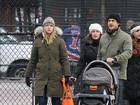 Claire Danes passeia com o marido e o filho recém-nascido