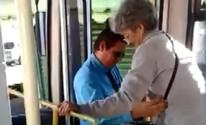 Motorista de ônibus carrega idosa no colo e faz sucesso na internet; veja (Reprodução)