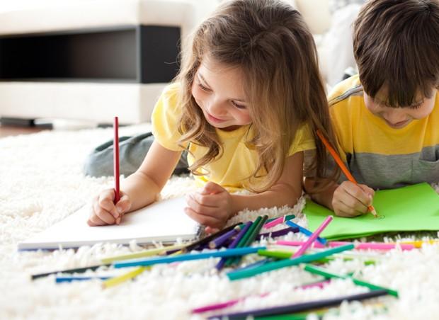 crianças desenhando (Foto: ThinkStock)