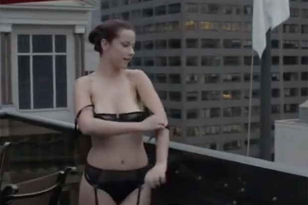 Em nome da arte, modelo Shelby Carter desfilou de lingerie e depois tirou o sutiã em restaurante de NY (Foto: Reprodução/YouTube/El Causita)
