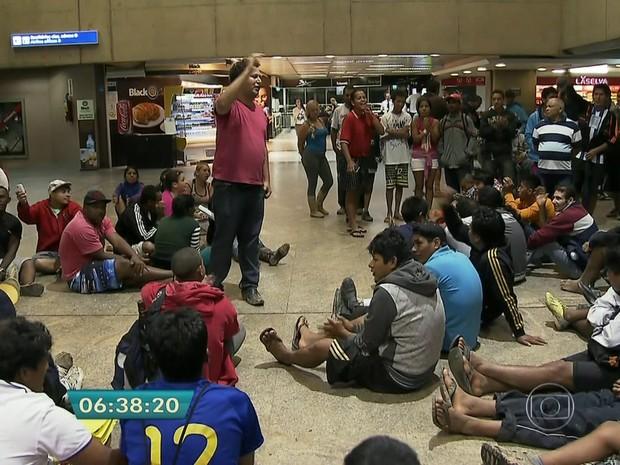 Contra reintegração, grupo ocupa saguão do Aeroporto de Cumbica (Foto: Reprodução)