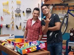 Peter Paiva e André Marques fazem um futebol de mesa (Foto: Ivo Madoglio/ TV Globo)