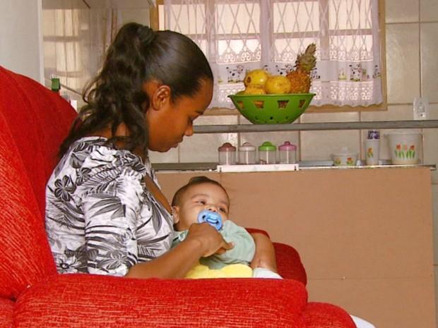 Rafaela enfrenta dificuldade para conseguir vaga em creche para o filho (Foto: Oscar Herculano Jr./EPTV)