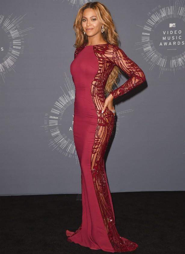... E a cantora depois, na sala de imprensa da premiação da MTV. (Foto: Getty Images)