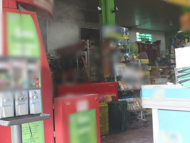 Suspeitos abriram caixa eletrônico, mas não levaram dinheiro em MS (Foto: Adriel Mattos/G1 MS)