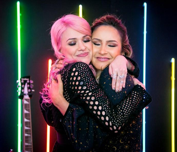 Nikki e Claudia Leitte se abraçam nos bastidores (Foto: Isabella Pinheiro/Gshow)
