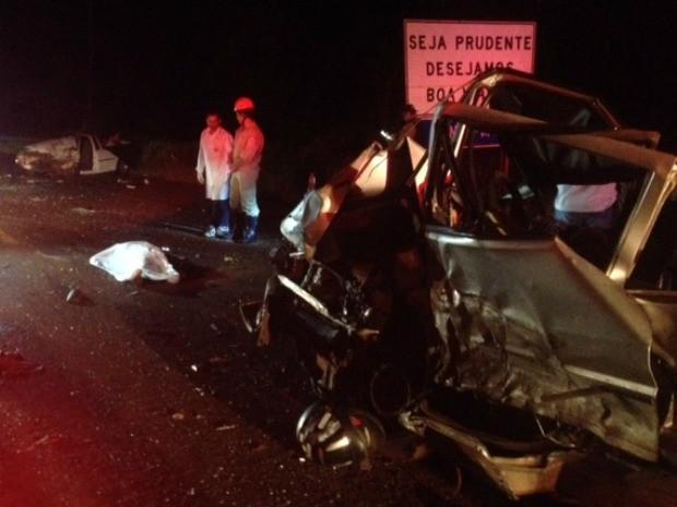 Carros envolvidos em acidente que acabou em três mortes ficaram totalmente destruídos. (Foto: Juliene Katayama/G1 MS)