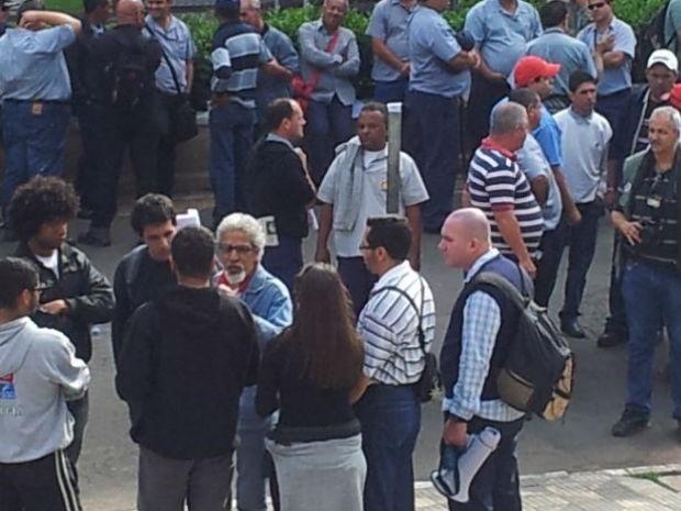Os motoristas ficaram em frente à Câmara para falar com os vereadores (Foto: Moacir Pires/TV TEM BAURU)