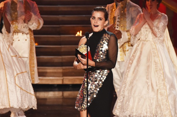A atriz Emma Watson ao receber seu troféu no MTV Movie & Series Awards 2017 (Foto: Getty Images)