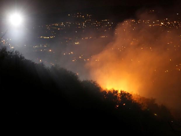 Incêndio em Calabasas, região de Los Angeles (Foto: Mario Anzuoni / Reuters)
