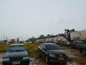 Carros e caminhões estão parados aguardando desbloqueio de estrada (Foto: Dayanee Saldanha/G1)