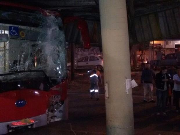 Acidente ocorreu no início da noite desta quarta-feira (10), no terminal do Campo Grande (Foto: Márcio Ferro )