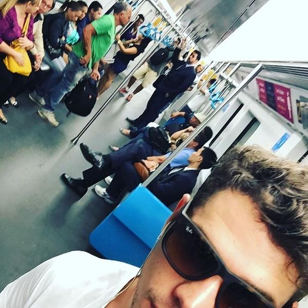 José Loreto pega metrô no Rio e mostra que é gente como a gente