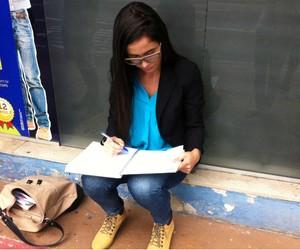 Candidatos estudam na porta de local de prova da OAB em Vitória (Juliana Borges/ G1 ES)