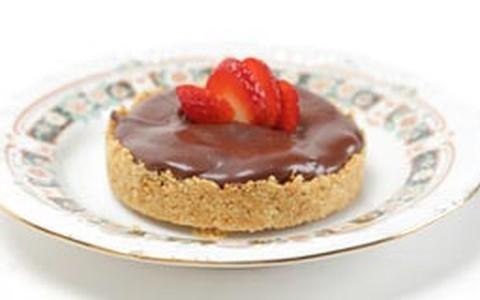 Torta de brigadeiro branco com morangos e fondue de chocolate