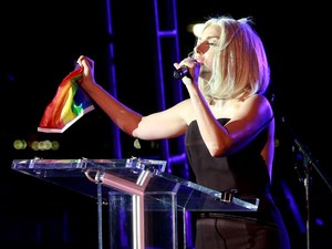 Lady Gaga discursa na abertura da parada gay em Nova York, na noite de 28 de junho (Foto: Robin Marchant / GETTY IMAGES NORTH AMERICA / AFP)