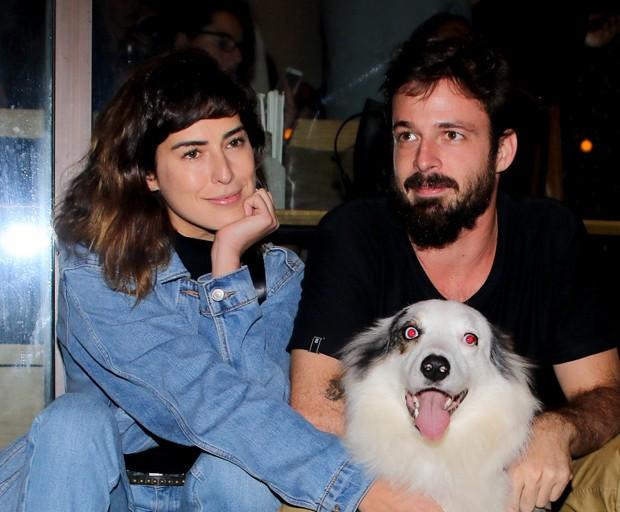 Fernanda Paes Leme com o namorado, Vinícius Longato, e o cão Google (Foto: Thiago Duran/AgNews)