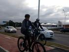 Dilma Rousseff anda de bicicleta na orla do Guaíba, em Porto Alegre