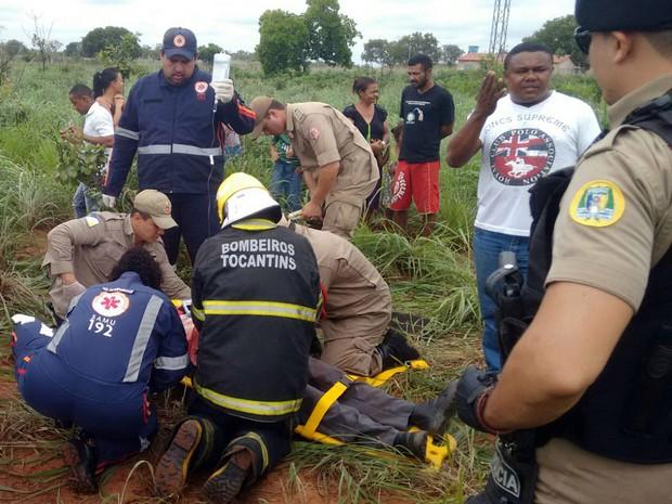 Bombeiros socorreram motorista após capotamento na TO-222 (Foto: Bombeiros/Divulgação)