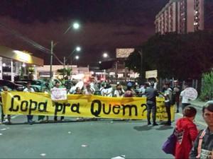 Durante o jogo, grupo chegou a fazer protesto na área externa da Arena (Foto: Marina Souza/G1 AM)