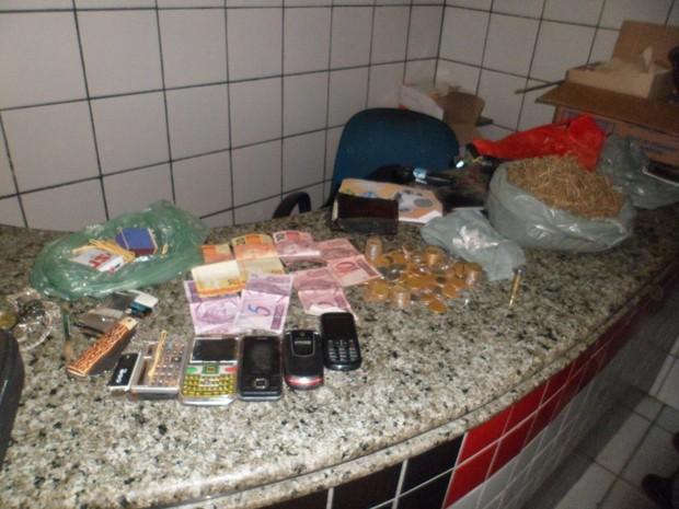 Drogas, dinheiro e celulares encontrados com a dupla (Foto: Divulgação/Polícia)