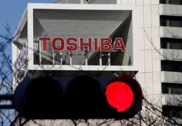 Logo da Toshiba Corp é visto sobre luzes de tráfego em Tóquio (Foto: Toru Hanai/Reuters)