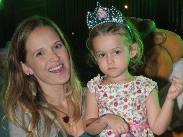Fernanda Rodrigues e a filha no aniversário das filhas de Giovanna Antonelli (Foto: Anderson Borde/AgNews)