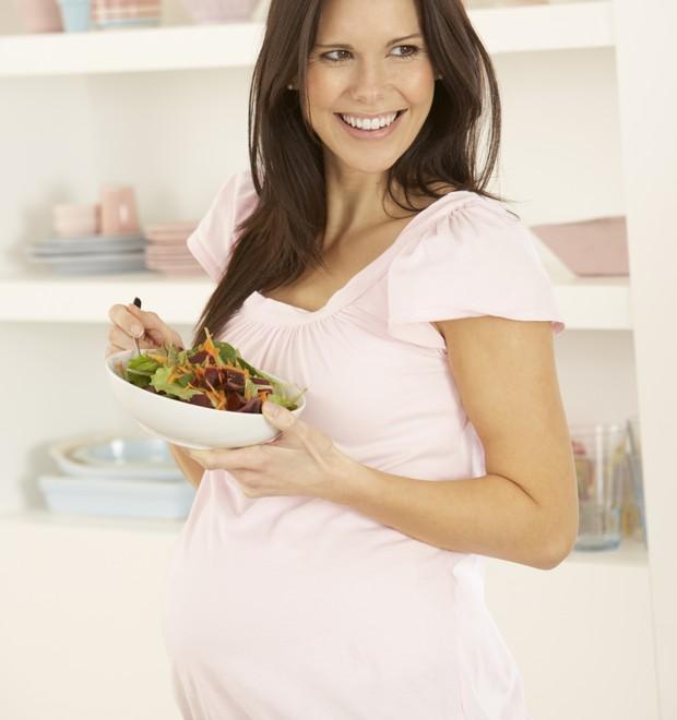 Grávida comendo salada (Foto: Thinkstock)