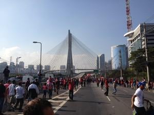 Manifestantes caminham em direção à Marginal Pinheiros (Foto: Roney Domingos/G1)