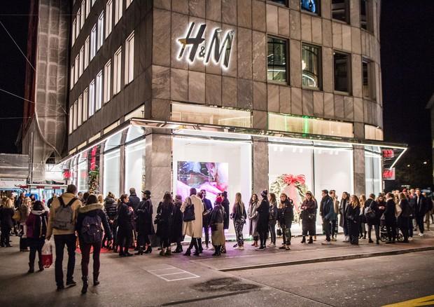 Fila na H&M para comprar a coleção em parceria com a Erdem (Foto: Getty Images)