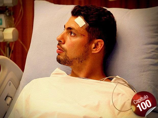 Após o acidente e o coma, Jorginho desperta no hospital (Foto: Avenida Brasil/ TV Globo)