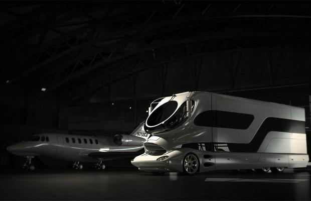 Só para milionários: o motorhome guardado na garagem, ao lado de um avião (Foto: Divulgação)