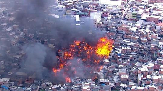 Incêndio atinge 50 barracos de Paraisópolis, em São Paulo